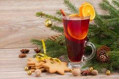Θερμαμένο κρασί με το διακοσμημένο χριστουγεννιάτικο δέντρο Στοκ εικόνες με δικαίωμα ελεύθερης χρήσης