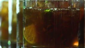 Θερμαμένο κρασί σε ένα γυαλί απόθεμα βίντεο