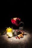 Θερμαμένο κρασί σε ένα μαύρο υπόβαθρο Στοκ Εικόνα