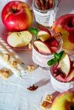 θερμαμένο κρασί στα γυαλιά διχτυών ψαρέματος σε ένα ελαφρύ υπόβαθρο, Apple, κανέλα, κρασί Στοκ εικόνες με δικαίωμα ελεύθερης χρήσης