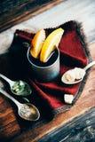 Θερμαμένο κρασί στην αγροτική κούπα με τα καρυκεύματα και τα συστατικά στο ξύλινο υπόβαθρο Η τοπ άποψη, επίπεδη βάζει Αναδρομική  Στοκ Εικόνες