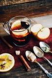 Θερμαμένο κρασί στην αγροτική κούπα με τα καρυκεύματα και τα συστατικά στο ξύλινο υπόβαθρο Η τοπ άποψη, επίπεδη βάζει Αναδρομική  Στοκ φωτογραφία με δικαίωμα ελεύθερης χρήσης