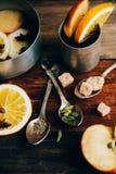 Θερμαμένο κρασί στην αγροτική κούπα με τα καρυκεύματα και τα συστατικά στο ξύλινο υπόβαθρο Η τοπ άποψη, επίπεδη βάζει Αναδρομική  Στοκ εικόνες με δικαίωμα ελεύθερης χρήσης