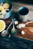 Θερμαμένο κρασί στην αγροτική κούπα με τα καρυκεύματα και τα συστατικά στο ξύλινο υπόβαθρο Η τοπ άποψη, επίπεδη βάζει Αναδρομική  Στοκ Φωτογραφία