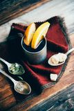 Θερμαμένο κρασί στην αγροτική κούπα με τα καρυκεύματα και τα συστατικά στο ξύλινο υπόβαθρο Η τοπ άποψη, επίπεδη βάζει Αναδρομική  Στοκ φωτογραφίες με δικαίωμα ελεύθερης χρήσης
