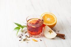 Θερμαμένο κρασί στο γυαλί με τη Apple, την κανέλα και το πορτοκάλι Στοκ εικόνα με δικαίωμα ελεύθερης χρήσης