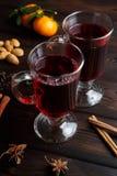 Θερμαμένο κρασί στο σκοτεινό παλαιό ξύλινο υπόβαθρο Στοκ Εικόνα