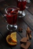 Θερμαμένο κρασί στο σκοτεινό παλαιό ξύλινο υπόβαθρο Στοκ Φωτογραφίες