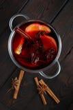 Θερμαμένο κρασί στο σκοτεινό παλαιό ξύλινο υπόβαθρο Στοκ εικόνες με δικαίωμα ελεύθερης χρήσης