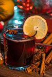 Θερμαμένο κρασί στο χρόνο Χριστουγέννων στοκ εικόνα