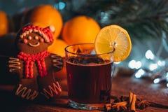 Θερμαμένο κρασί στο χρόνο Χριστουγέννων στοκ εικόνα με δικαίωμα ελεύθερης χρήσης