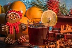 Θερμαμένο κρασί στο χρόνο Χριστουγέννων στοκ φωτογραφία