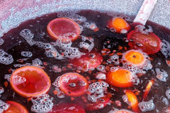 Θερμαμένο κόκκινο κρασί με τα φρούτα Στοκ εικόνες με δικαίωμα ελεύθερης χρήσης