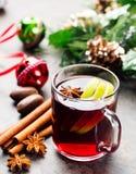 Θερμαμένο κόκκινο κρασί με τις φέτες και τα καρυκεύματα μήλων Στοκ Εικόνες
