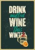 Θερμαμένο ποτό κρασί αυτός ο χειμώνας Θερμαμένη αφίσα ύφους grunge κρασιού τυπογραφική εκλεκτής ποιότητας με την κούπα και τα εσπ ελεύθερη απεικόνιση δικαιώματος