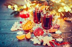 Θερμαμένο Χριστούγεννα κρασί διακοσμημένο στο διακοπές πίνακα Στοκ φωτογραφία με δικαίωμα ελεύθερης χρήσης