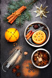Θερμαμένο Χριστούγεννα κρασί με τα καρυκεύματα στο μαύρο πίνακα κιμωλίας πλακών Στοκ Φωτογραφίες