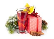 Θερμαμένο Χριστούγεννα κρασί με τα καρυκεύματα, το κιβώτιο δώρων και το χιονώδες δέντρο έλατου Στοκ Εικόνα