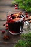 Θερμαμένο Χριστούγεννα κρασί με τη Apple και τα τα βακκίνια Έννοια διακοπών που διακοσμείται με τους κλάδους, τα τα βακκίνια και  Στοκ Φωτογραφίες