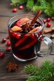 Θερμαμένο Χριστούγεννα κρασί με τη Apple και τα τα βακκίνια Έννοια διακοπών που διακοσμείται με τους κλάδους, τα τα βακκίνια και  Στοκ Εικόνα