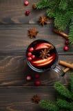 Θερμαμένο Χριστούγεννα κρασί με τη Apple και τα τα βακκίνια Έννοια διακοπών που διακοσμείται με τους κλάδους, τα τα βακκίνια και  Στοκ φωτογραφία με δικαίωμα ελεύθερης χρήσης