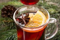 Θερμαμένο Χριστούγεννα κρασί με το πορτοκάλι και το χριστουγεννιάτικο δέντρο Ποτό χειμερινής παράδοσης Στοκ Εικόνες
