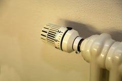 Θερμαντικός ελεγκτής θερμοκρασίας θερμαντικών σωμάτων στο διαμέρισμα στοκ εικόνες