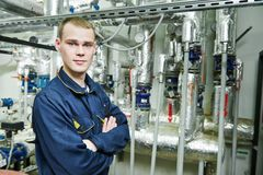 Θερμαντικός επισκευαστής μηχανικών στο δωμάτιο λεβήτων στοκ εικόνα με δικαίωμα ελεύθερης χρήσης