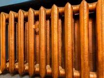 Θερμαντικό σώμα θέρμανσης χαλκού με τον μπλε τοίχο Στοκ φωτογραφία με δικαίωμα ελεύθερης χρήσης