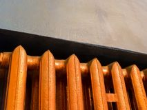 Θερμαντικό σώμα θέρμανσης χαλκού με το μπλε υπόβαθρο τοίχων Στοκ φωτογραφία με δικαίωμα ελεύθερης χρήσης