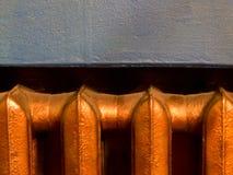 Θερμαντικό σώμα θέρμανσης χαλκού με το μπλε υπόβαθρο τοίχων Στοκ Φωτογραφίες