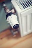 Θερμαντικό σώμα με τη θερμοστάτη για τον κανονισμό Στοκ Φωτογραφία