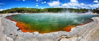 Θερμική λίμνη CHAMPAGNE λιμνών, Νέα Ζηλανδία - πανόραμα Στοκ Φωτογραφία