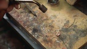 Θερμική επεξεργασία διαδικασίας για την ύλη συγκολλήσεως ένα ασημένιο δαχτυλίδι απόθεμα βίντεο