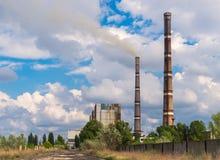 Θερμικοί σταθμοί παραγωγής ηλεκτρικού ρεύματος μια σαφή ημέρα Στοκ Εικόνες
