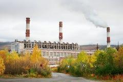 Θερμικός σταθμός παραγωγής ηλεκτρικού ρεύματος στη βόρεια Ρωσία Στοκ φωτογραφία με δικαίωμα ελεύθερης χρήσης
