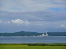 Θερμικός σταθμός παραγωγής ηλεκτρικού ρεύματος πέρα από τον τομέα θάλασσας και ορυζώνα Στοκ φωτογραφία με δικαίωμα ελεύθερης χρήσης