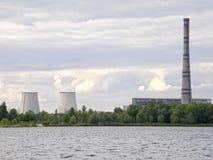 Θερμικός σταθμός παραγωγής ηλεκτρικού ρεύματος στην ακτή της λίμνης Almaznoe Κίεβο Στοκ Εικόνες