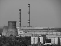 Θερμικός σταθμός παραγωγής ηλεκτρικού ρεύματος στη βιομηχανική πόλη Στοκ φωτογραφία με δικαίωμα ελεύθερης χρήσης