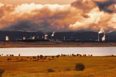 Θερμικός σταθμός παραγωγής ηλεκτρικού ρεύματος στη Δημοκρατία της Τσεχίας, στο πρώτο πλάνο η λίμνη Στοκ εικόνες με δικαίωμα ελεύθερης χρήσης