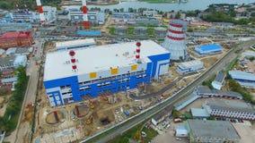 Θερμοηλεκτρικός σταθμός παραγωγής ηλεκτρικού ρεύματος ενάντια στη λίμνη και τα βιομηχανικά κτήρια απόθεμα βίντεο