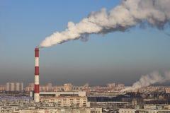 Θερμοηλεκτρικός καπνός εξατμίσεων σταθμών παραγωγής ηλεκτρικού ρεύματος στην ατμόσφαιρα στοκ εικόνα με δικαίωμα ελεύθερης χρήσης