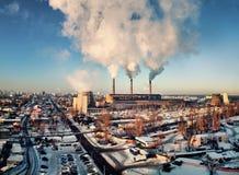 Θερμοηλεκτρικός σταθμός παραγωγής ηλεκτρικού ρεύματος με τους καπνίζοντας σωλήνες Στοκ φωτογραφίες με δικαίωμα ελεύθερης χρήσης