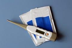 Θερμόμετρο, αποστειρωμένη γάζα και δύο τσάντες των φαρμάκων Στοκ Φωτογραφία