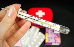 θερμόμετρο εκμετάλλευσης χεριών Στοκ φωτογραφία με δικαίωμα ελεύθερης χρήσης