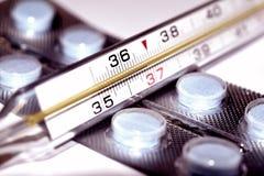 Θερμόμετρο και ιατρικό υπόβαθρο φαρμάκων Στοκ εικόνες με δικαίωμα ελεύθερης χρήσης
