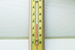 Θερμόμετρο κινηματογραφήσεων σε πρώτο πλάνο που παρουσιάζει θερμοκρασία Στοκ εικόνες με δικαίωμα ελεύθερης χρήσης