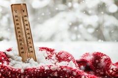 Θερμόμετρο με τα υπό το μηδέν ραβδιά θερμοκρασίας έξω snowdrift στοκ εικόνες