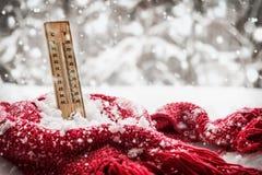 Θερμόμετρο με τα υπό το μηδέν ραβδιά θερμοκρασίας έξω snowdrift στοκ φωτογραφία