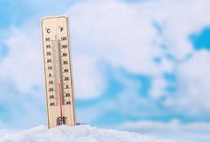 Θερμόμετρο στο χιόνι Στοκ εικόνες με δικαίωμα ελεύθερης χρήσης